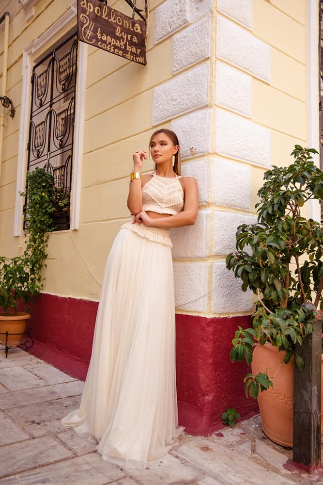 Μοντέλο που φοράει το Celena στην παλιά πόλη της Πλάκας