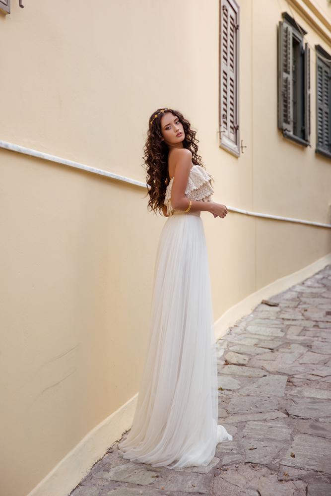 Πλαϊνή όψη του Melanie με αιθέρια τούλινη φούστα